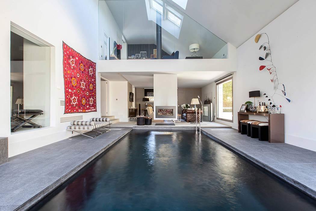maison de luxe avec piscine int rieure et ext rieure. Black Bedroom Furniture Sets. Home Design Ideas