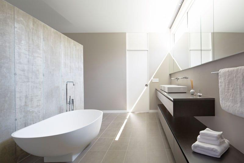 baignoire ovale miniamliste. Black Bedroom Furniture Sets. Home Design Ideas