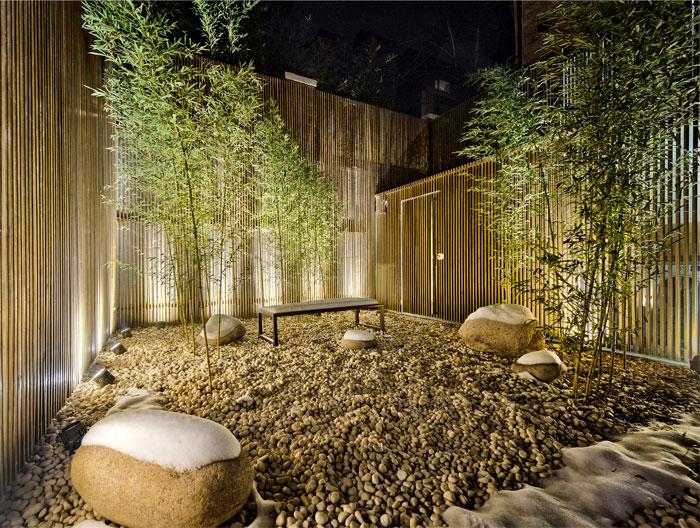 maison avec un design interieur asiatique et contemporain. Black Bedroom Furniture Sets. Home Design Ideas