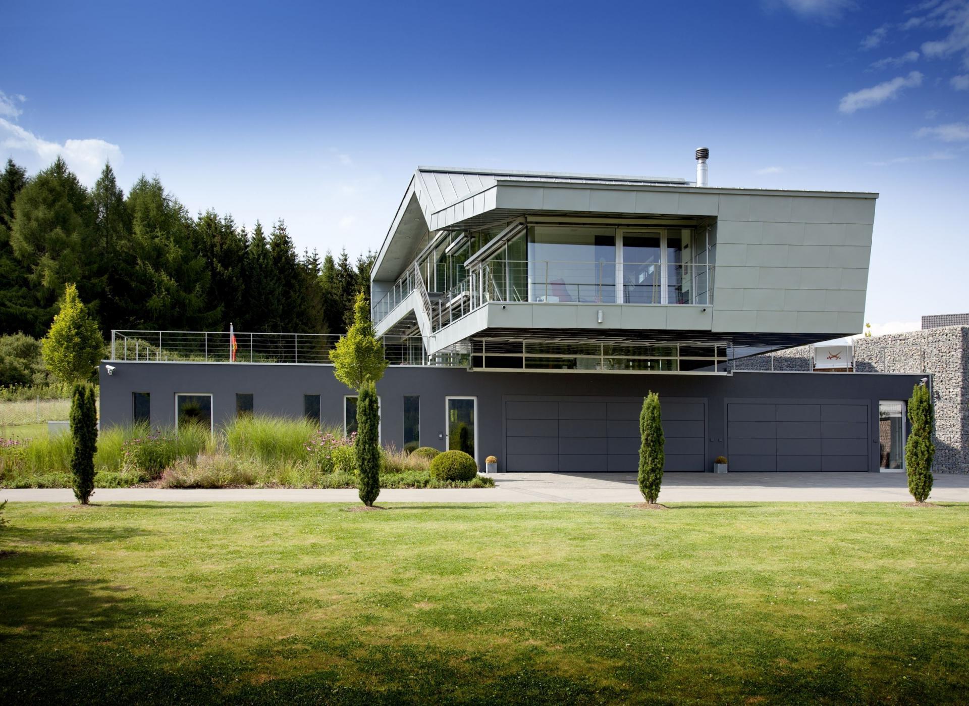 Maison design avec un bardage m tallique et du verre for Maison moderne toit pente