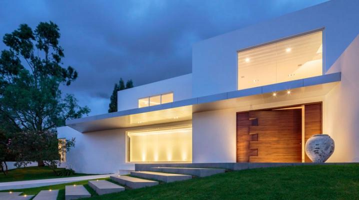 Porte D Entrée Maison Contemporaine maison moderne avec porte d'entrée pivotante en bois sur mesure