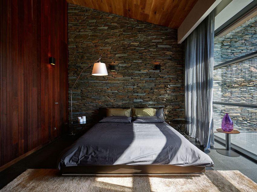 mur en pierres apparentes dans chambre