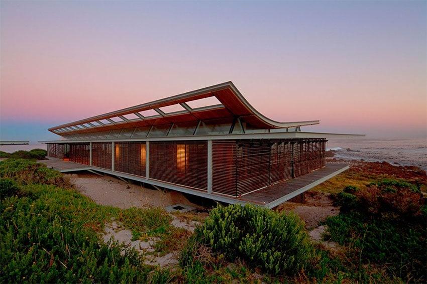 Maison m langeant bois acier et verre ouverte sur l 39 exterieur for Maison bois et verre