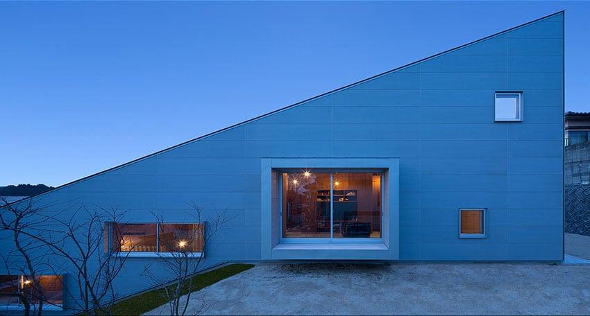 Maison minimaliste construite sur 5 demi niveaux avec un for Maison style minimaliste