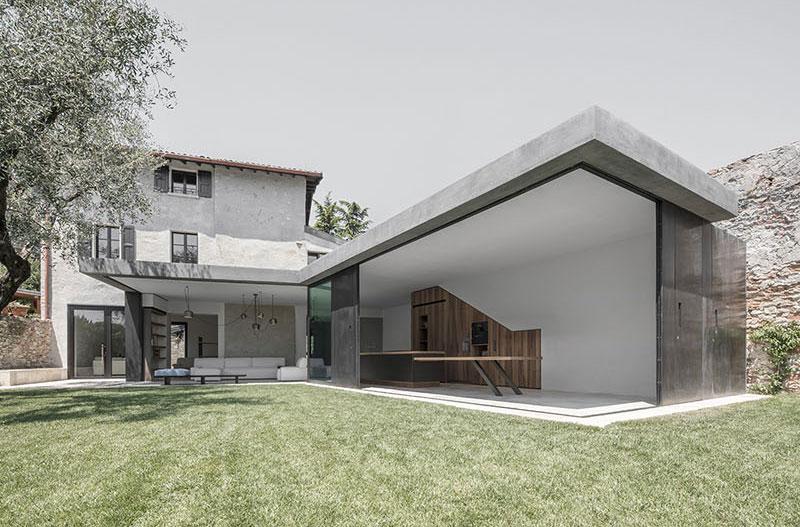 extension moderne avec fen tres coulissantes verticales. Black Bedroom Furniture Sets. Home Design Ideas