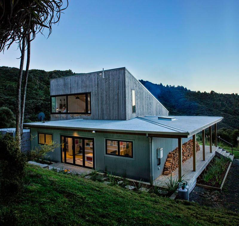 Maison moderne avec baignoires encastr es sur la terrasse - Maison en tole ondulee ...
