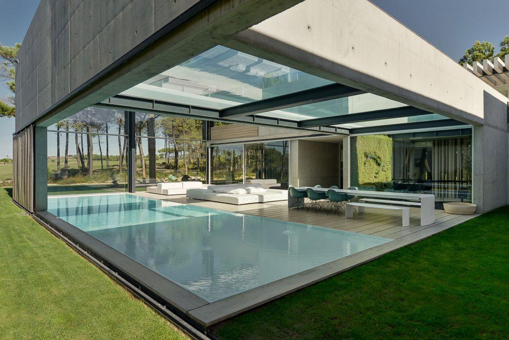 Piscine avec un fond en verre dans une maison design for Cubiertas minimalistas