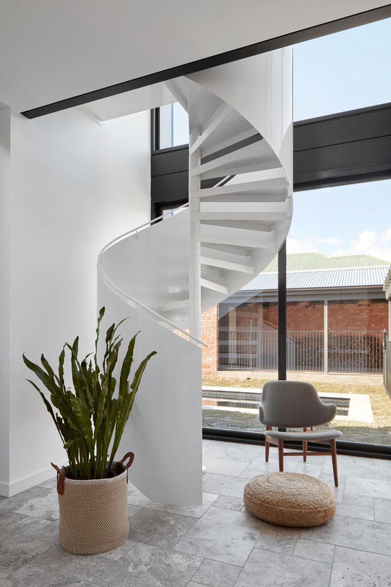 Extension moderne sur une maison ancienne en briques rouges for Derriere la salle de bain